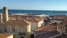Saintes-Maries-de-la-Mer vom Kirchturm aus gesehen.