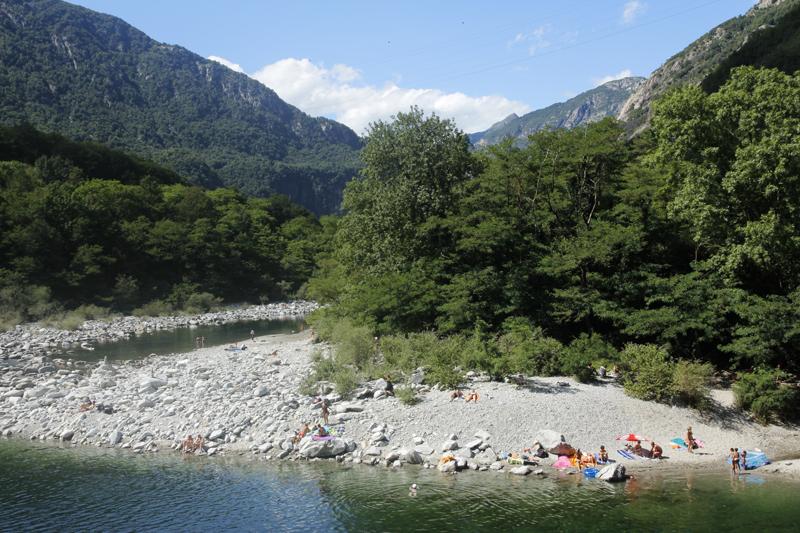 Schöne Badeplätzchen findet man überall am Ufer der Maggia
