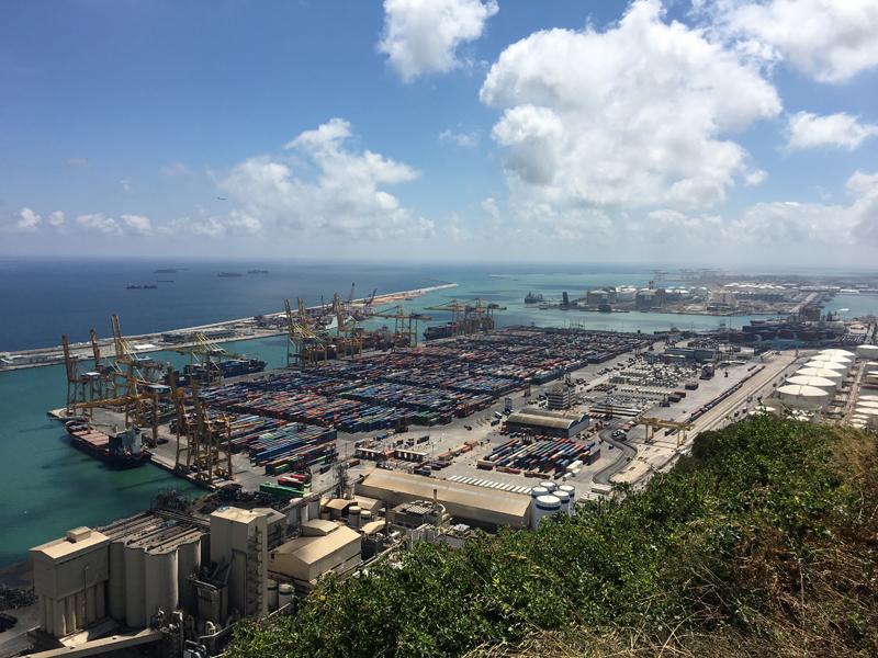 Keine Kreuzfahrtschiffe, aber Tonnen von Containern im Hafen von Barcelona