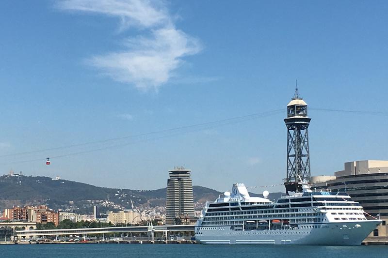 Kreuzfahrtschiff im Hafen, eines der kleineren