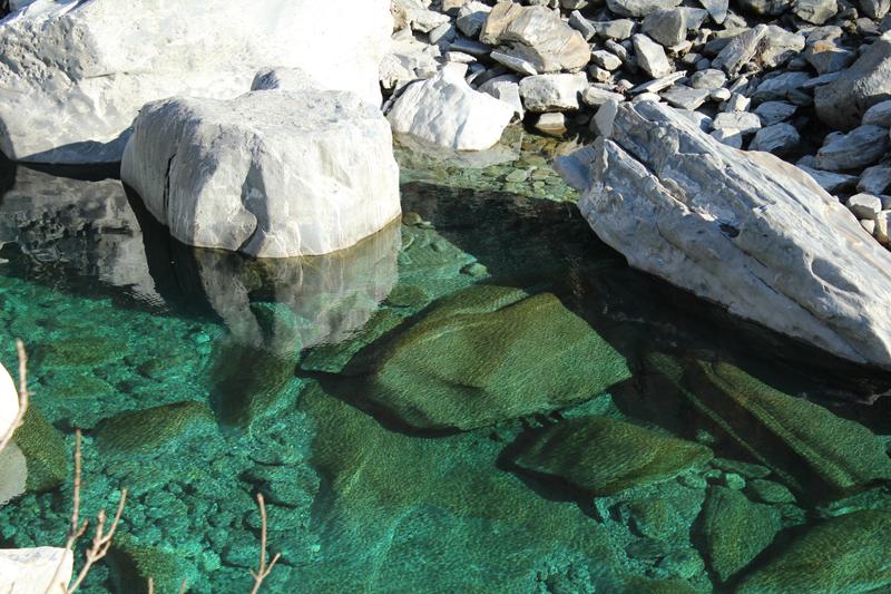 Grün schimmerndes Wasser an der Maggia