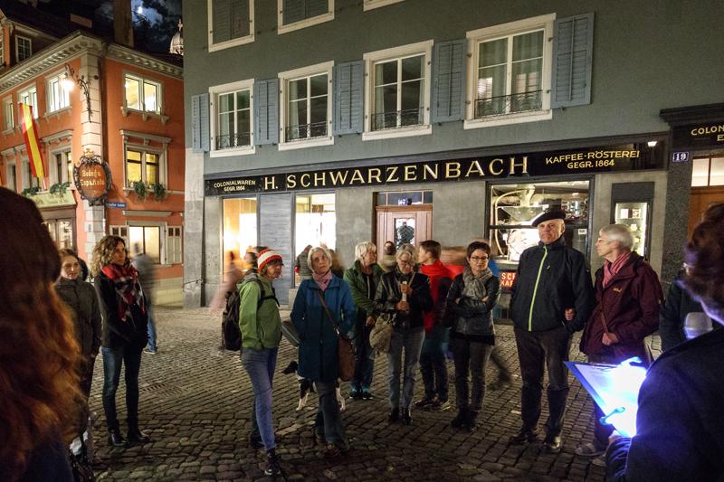 Auf dem Stadtspaziergang von Zürich liest: im Hintergrund die Bodega