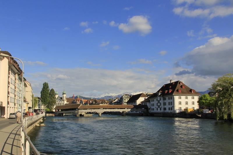 Die Spreuerbrücke gleicht ihrem berühmten Nachbarn, der Kapellbrücke