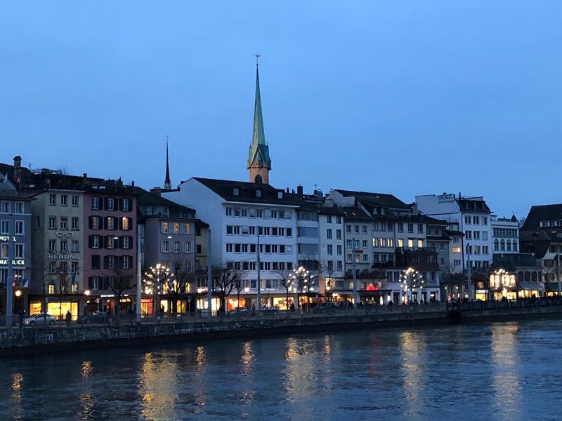 Das Limmatquai in Zürich am frühen Abend