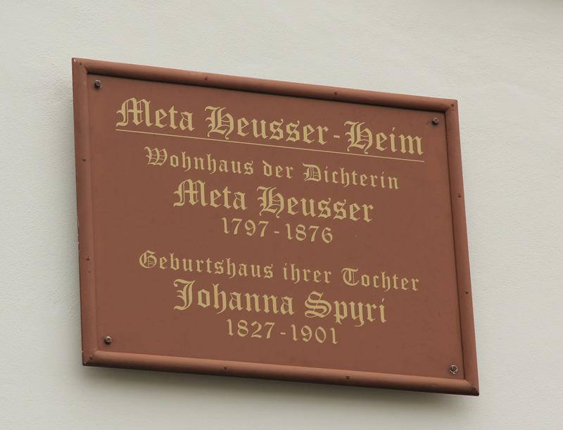 Das Schild erinnert an Meta Heusser und Johanna Spyri